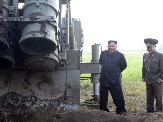 """Nordkorea: Diktator Kim überwachte Test von """"supergroßem"""" Raketensystem"""