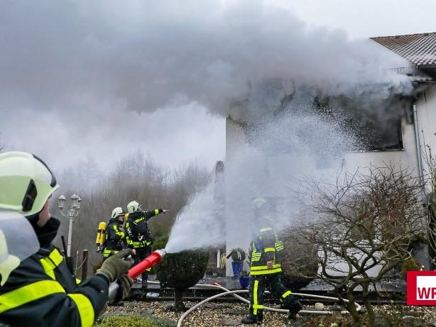 Feuerwehr: Sirenen in Schwelm: Wohnhaus brennt in Linderhausen