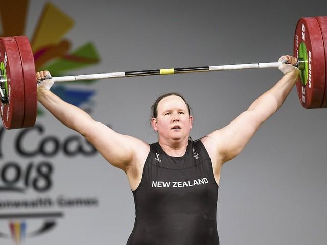Olympia-Premiere durch Hubbard: Erste transgender Athletin sorgt für Aufruhr