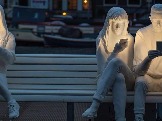 'Absorbed by Light' – Neue Skulptur in Amsterdam thematisiert unsere Besessenheit vom Starren auf Bildschirme