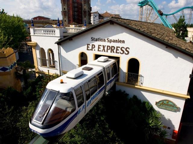 """Unfall mit """"EP-Express"""" im Europa-Park: Züge der Schwebebahn kollidieren"""