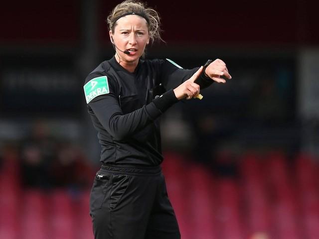 """Vor erstem internationalen Spiel – Schiedsrichterin Wildfeuer erzählt: """"Frauen liegen nicht so lange am Boden wie Männer"""""""