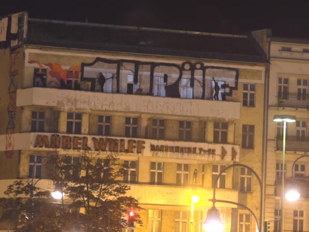 Video aufgetaucht: Sprayer sprühen Riesen-Logo auf Balkon am Hermannplatz