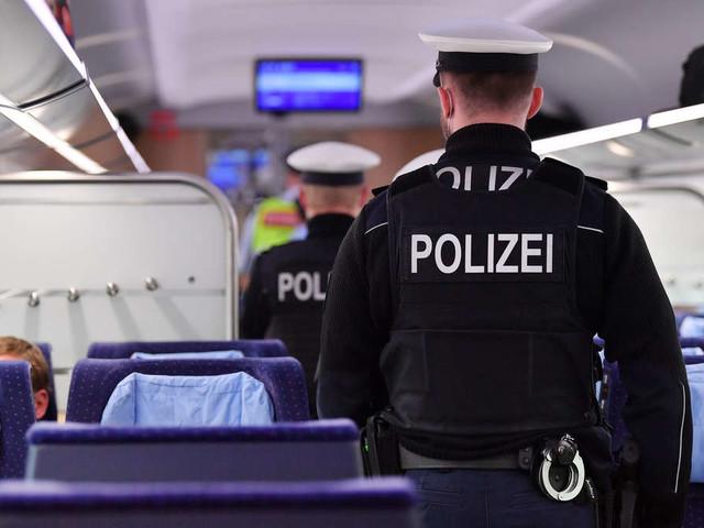 Vater kuschelt im Zug mit seinem Sohn: Nach Notruf nimmt die Polizei ihn fest