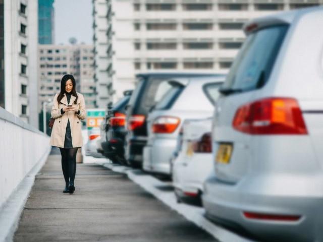 Mehr Raum für Fußgänger: Umweltbundesamt fordert radikalen Parkplatz-Rückbau in Städten