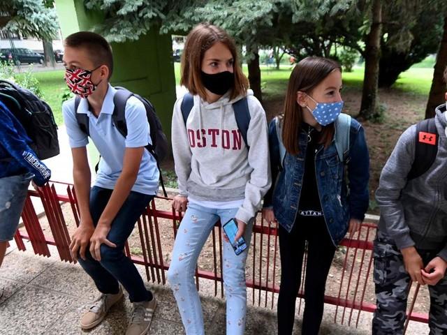Protest-Aktion: Kind von Masken-Verweigerern wird jetzt vor Schule unterrichtet