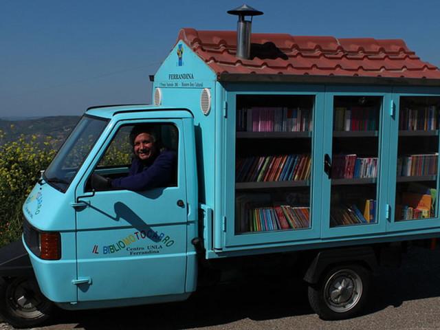 Ein pensionierter Lehrer aus Italien hat eine Ape zur rollenden Bibliothek umgebaut