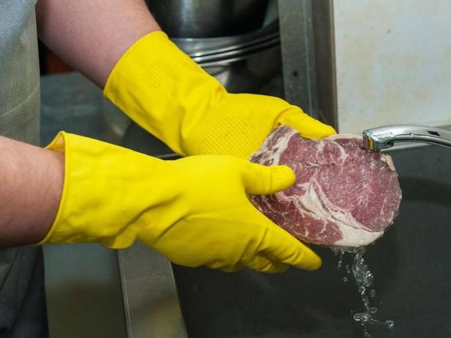 Soll man rohes Fleisch vor der Zubereitung abwaschen oder nicht?