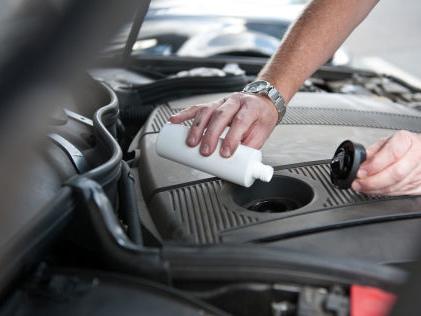 Additive fürs Auto: Anwendung, Wirkung, Gefahren Additive für Sprit und Motoröl: Was bringen die Zusätze?