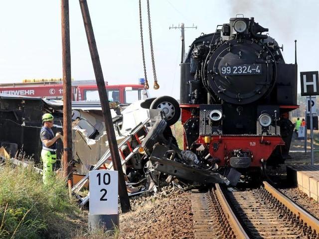Mecklenburg-Vorpommern: Dampflokbahn kollidiert mit Wohnmobil - ein Toter
