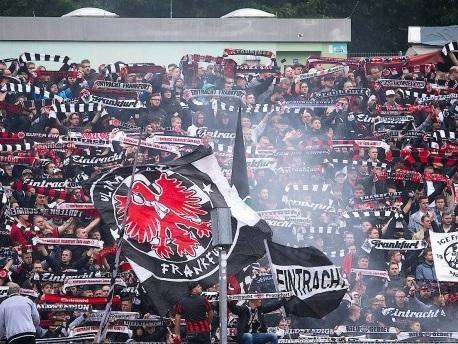 DFB-Pokal in Siegen: Frankfurter Fan in Lebensgefahr