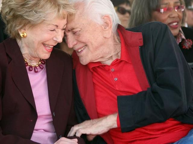 Witwe von Kirk Douglas: Produzentin Anne Douglas gestorben