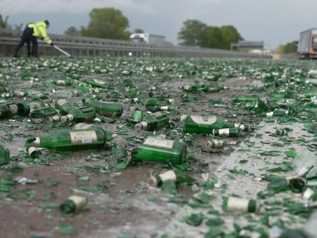 Lastwagen verliert Bierkisten auf A1 - Autofahrer helfen beim Aufräumen