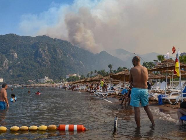 Waldbrände in der Türkei: Touristen mit Booten in Sicherheit gebracht