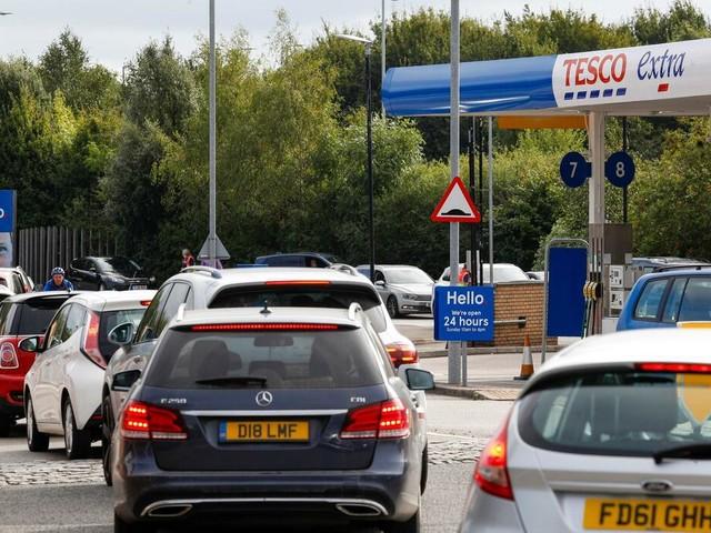 Großbritannien: Lange Schlangen vor Tankstellen: Johnson stellt Maßnahmen gegen Versorgungskrise in Aussicht