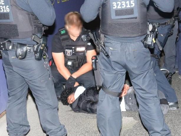 Polizeieinsatz: Nacht der Gewalt an der Oberbaumbrücke: Mehrere Verletzte
