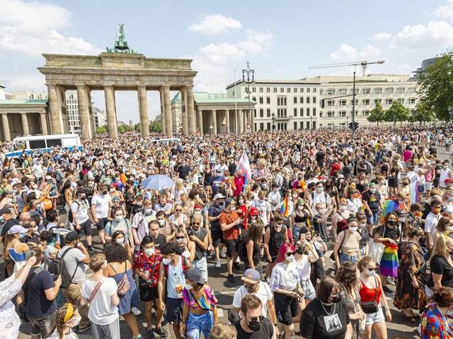 21-Jähriger mit Regenbogenflagge von mehreren Männern attackiert