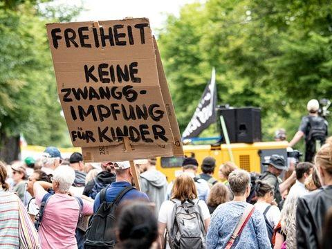 """Demonstrationen - Trotz Verbot: Tausende """"Querdenker"""" protestieren in Berlin"""