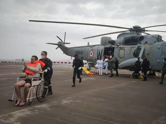 Wirbelsturm: Indische Marine: Lastkahn sinkt bei Zyklon