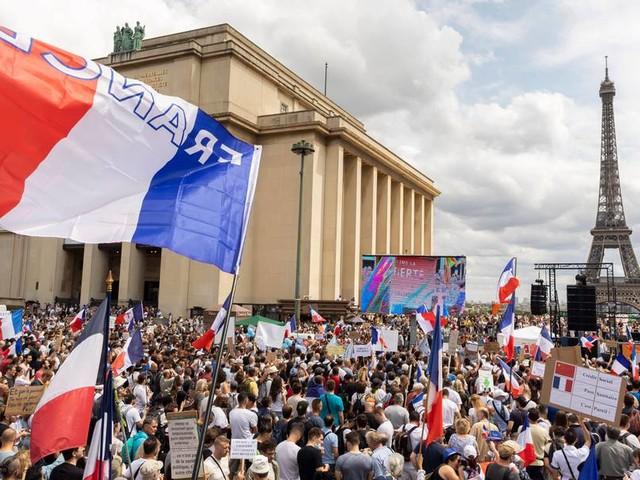 Frankreich: Über 160.000 Menschen protestieren gegen Corona-Regeln