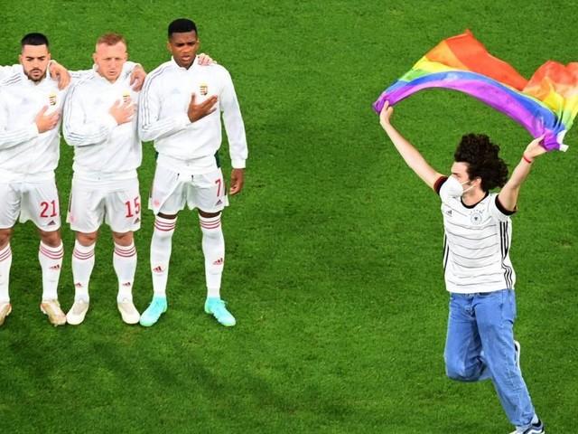 Bei Ungarn-Hymne: Flitzer mit Regenbogen-Flagge stürmte Platz