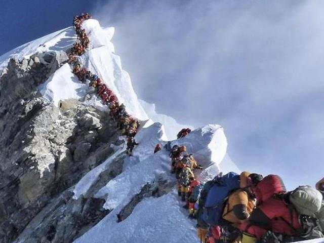 Zahlreiche Flüge gestrichen - Schlechtes Wetter macht Pläne zunichte: 300 Touristen sitzen am Mount Everest fest