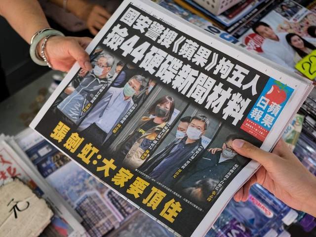 """Nach Festnahmen: Hongkonger stehen Schlange aus Solidarität mit """"Apple Daily"""""""