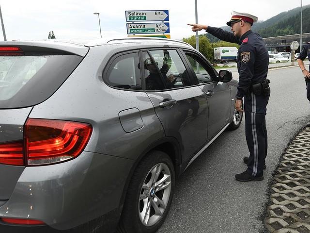 Fahrverbote - Tiroler Polizei stoppt hunderte Autofahrer - einer durchbricht Kontrolle