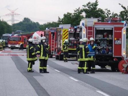 B5 bei Husum nach Unfall mit Tanklastzug voll gesperrt