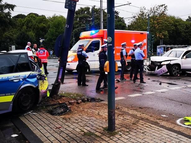 Unfall : Blaulichtfahrt: Drei Polizisten bei Unfall in Essen verletzt
