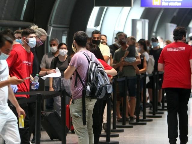"""Kostenlose Corona-Tests für Reiserückkehrer: Andrang ist groß, Ärzte sprechen von """"schlechtem Scherz"""""""