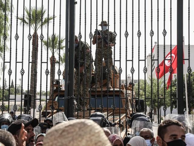 Lage in Tunesien wird immer dramatischer: Ministerpräsident entmachtet, Straßenkämpfe vor Parlament