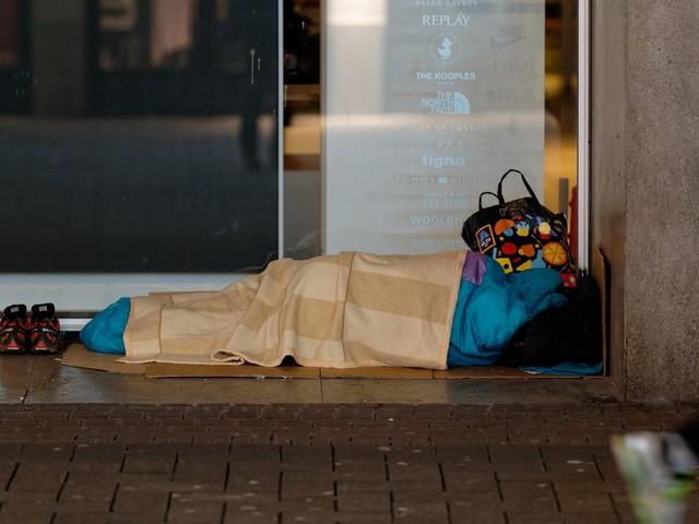 News vom Wochenende: Hamburg: Unbekannte zünden Schlafsack eines schlafenden Obdachlosen an – Mordkommission ermittelt