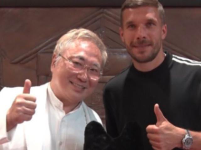 Lukas Podolski: Foto mit Neonazi sorgt für Rätselraten