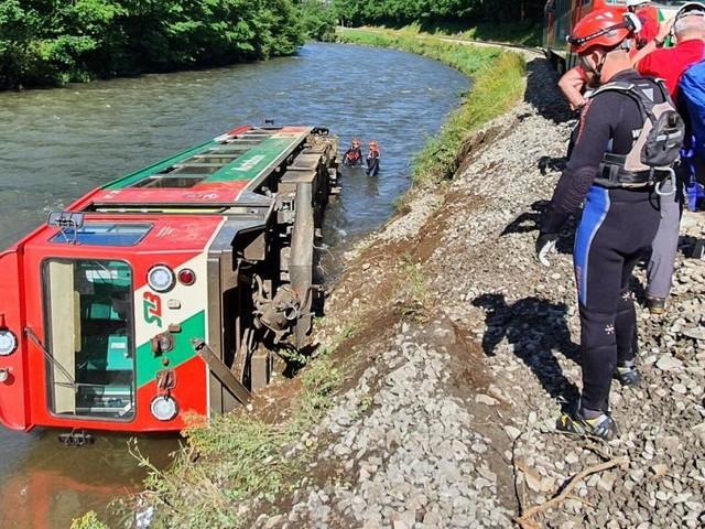 Schwerer Einsatz: 450-Tonnen-Kran hebt Triebwagen aus der Mur