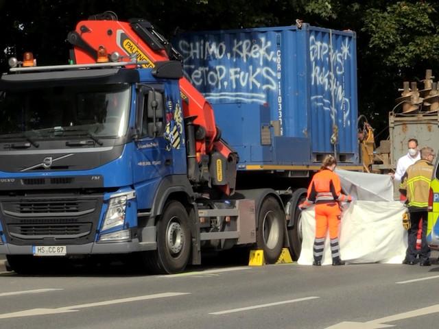Radfahrer wird inEssen von Lkw mitgeschleift und stirbt
