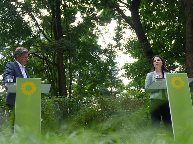 Bundestagswahlkampf 2021 Baerbock und Habeck wollen neues Klimaschutzministerium: Zwei Grüne im Moor