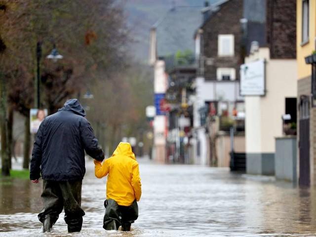 Sturzfluten setzen Straßen in Berlin und Brandenburg unter Wasser