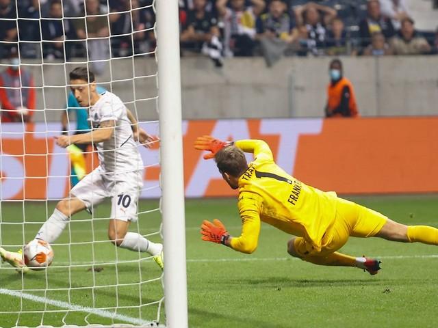Frankfurt mit Last-Minute-Glück: Özil ärgert Eintracht bei turbulentem Remis
