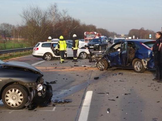 1 Toter, 4 Schwerverletzte: Geisterfahrer kracht in Familienwagen