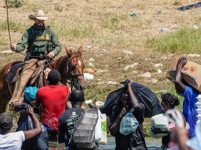 """An Grenze zu Mexiko: US-Grenzschützer """"peitschen"""" Migranten – Weißes Haus reagiert"""