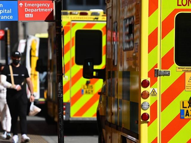 Not im Gesundheitssystem: Der englische Patient wartet auf seine Behandlung