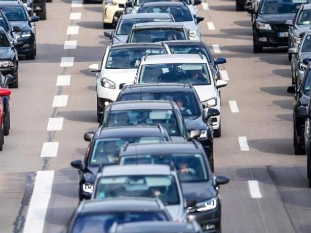 Ferienende und Baustellen: Viel Verkehr am Wochenende