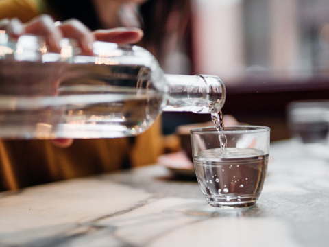 Schwermetalle im Mineralwasser gefunden: Bekannte Marken fallen bei ÖKO-TEST durch