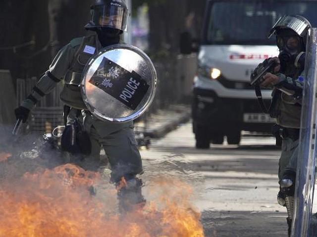 Molotowcocktails, Katapulte, Bögen - Massenproteste: Polizei in Hongkong droht Aktivisten mit Einsatz scharfer Munition