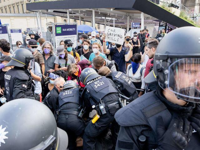 IAA-Protest eskaliert: Grüne kritisieren Polizeieinsatz in München heftig - Sitzblockaden in der Innenstadt