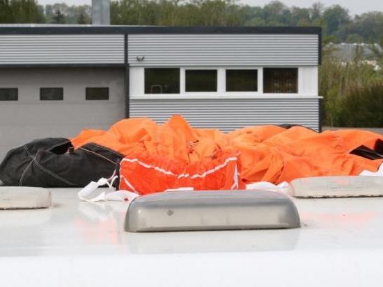 Fallschirmspringer aus 50 Metern in den Tod gestürzt