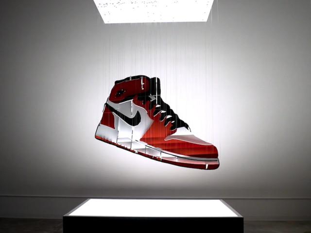 'AIR' – Optische Illusion mit Sneaker-Skulptur von Michael Murphy