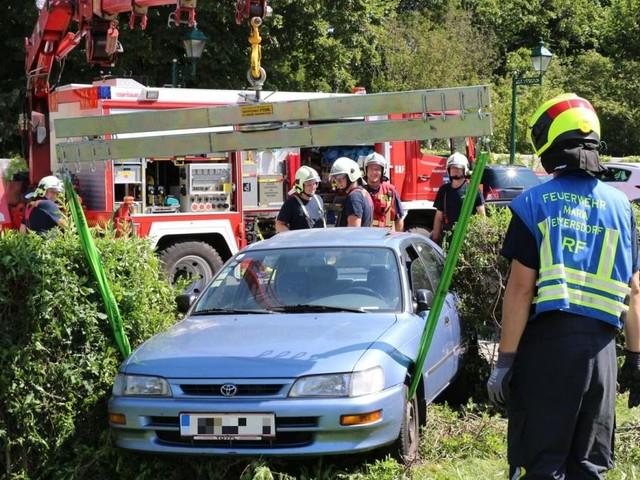Kurioser Unfall in Maria Enzersdorf: Auto blieb in Gebüsch stecken