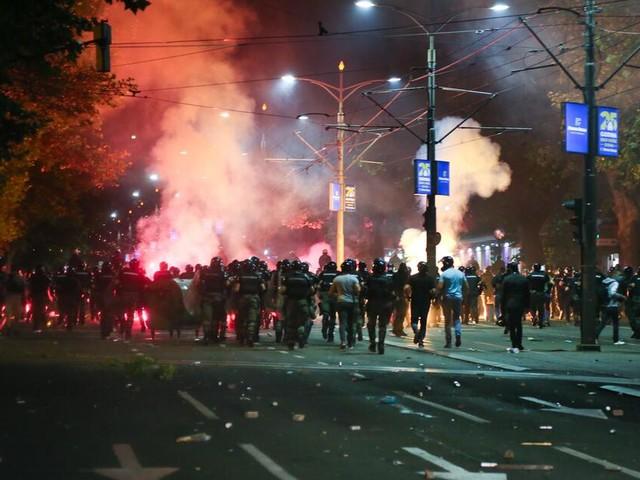 Nach drohender Ausgangssperre eskaliert die Corona-Wut der Serben